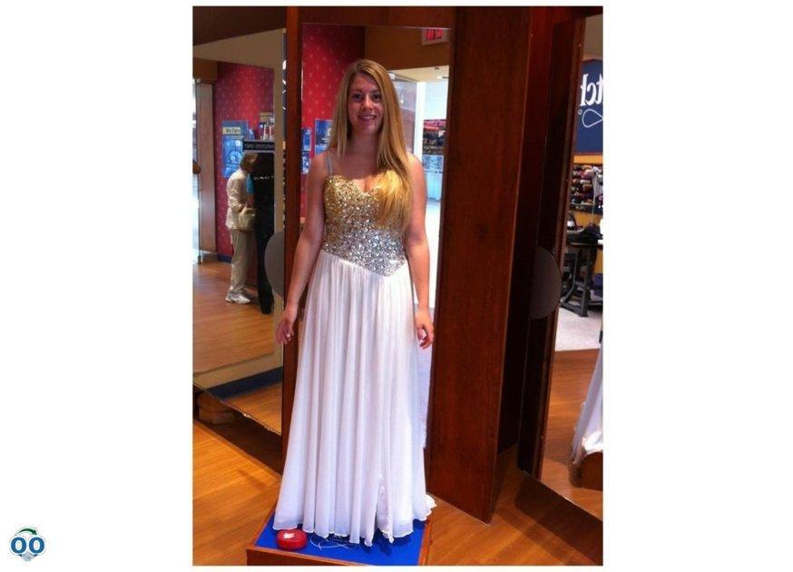 Ainsley est une déesse comme dans sa belle robe blanche