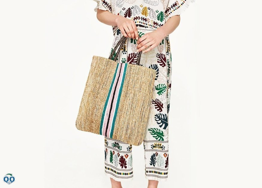 The perfect accessory. Natural fiber handbag with contrasting stripe