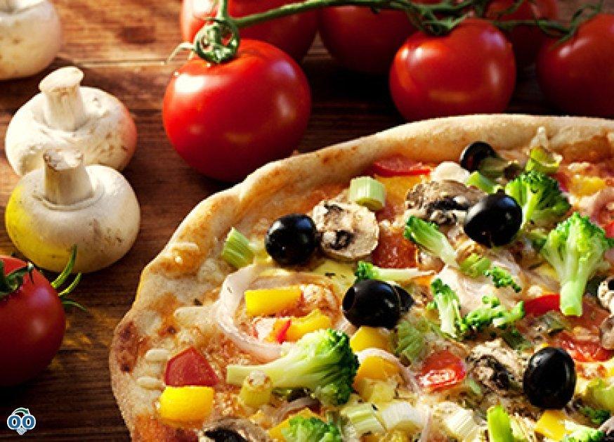 Une pizza joliment garnie de légumes