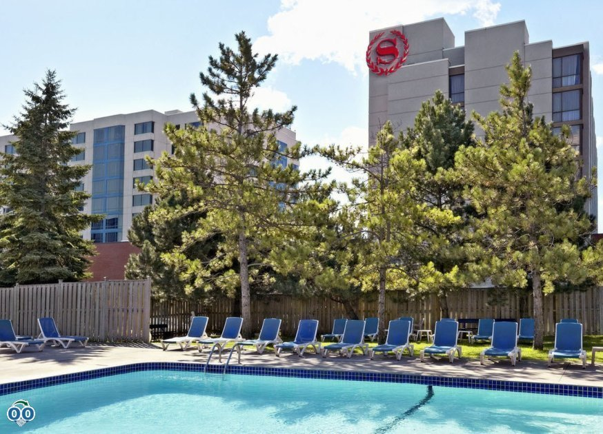 Outdoor pool, Sheraton Parkway Toronto